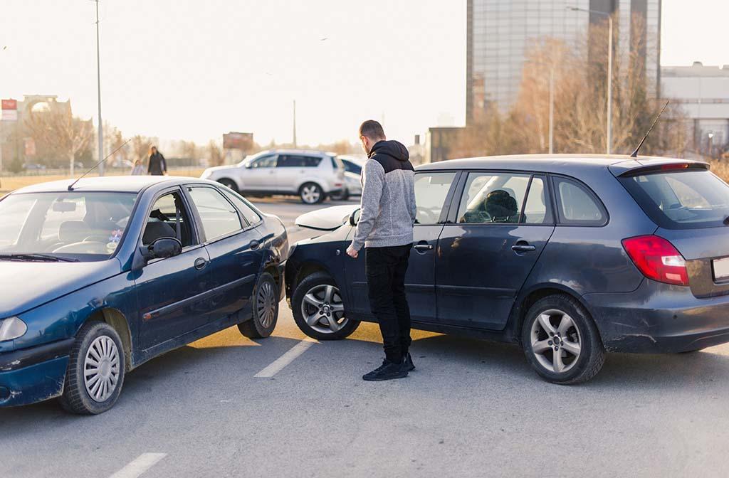 Autofahrer ruft Anwalt für Verkehrsrecht nach einem Unfall in Stuttgart an