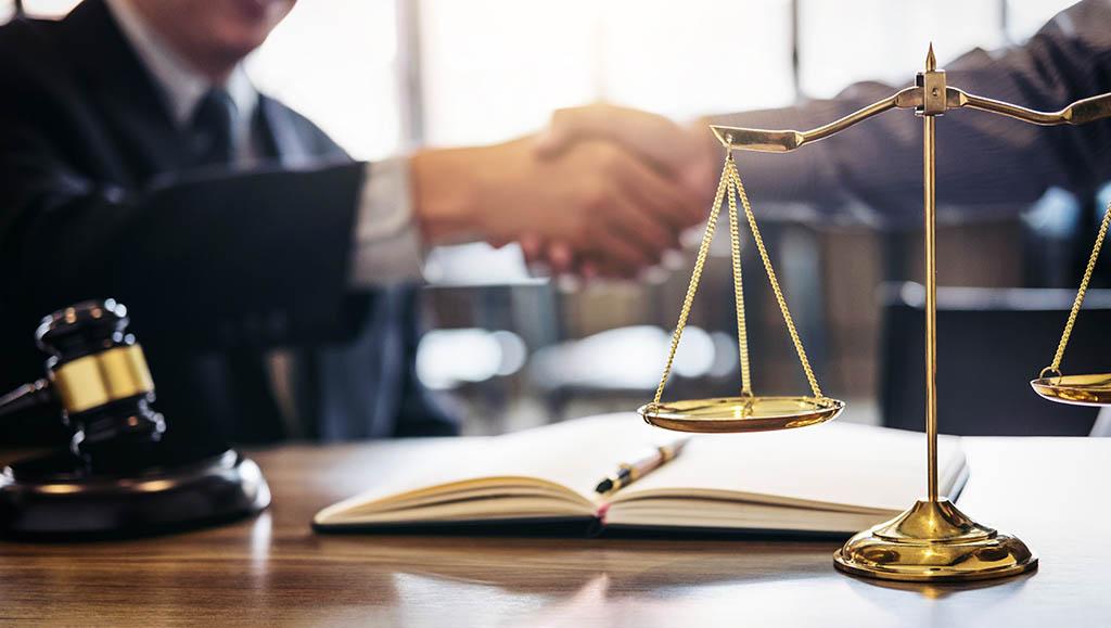 Mann beauftragt Anwalt