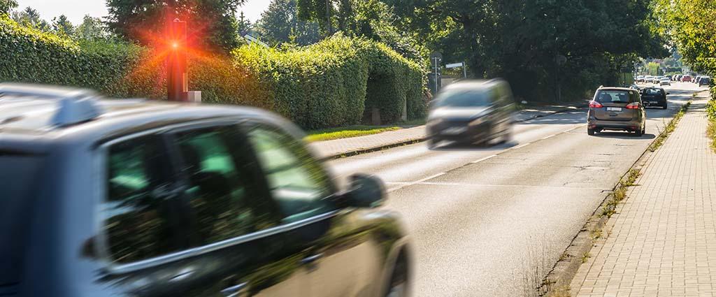 Auto wird wegen Geschwindigkeitsüberschreitung geblitzt