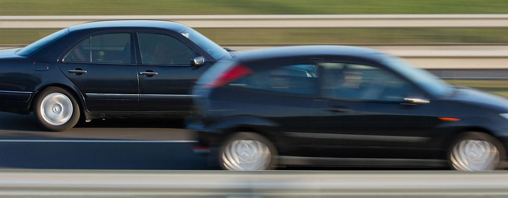Autofahrer schneidet anderen Fahrer