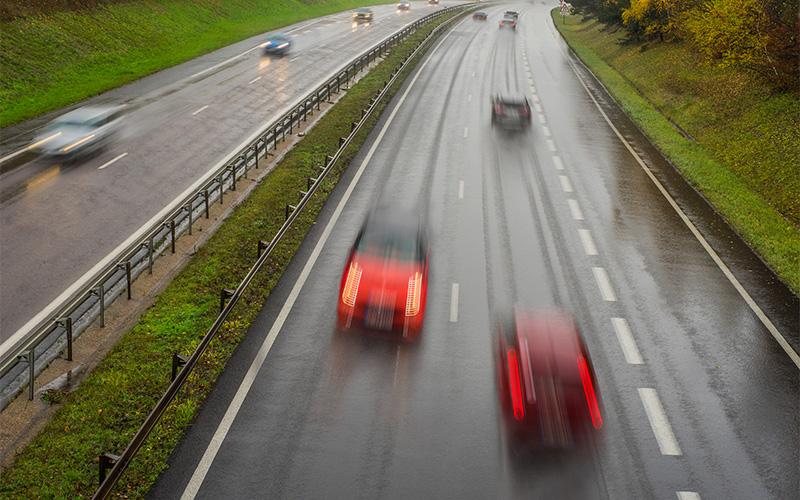 Autos auf Autobahn von oben
