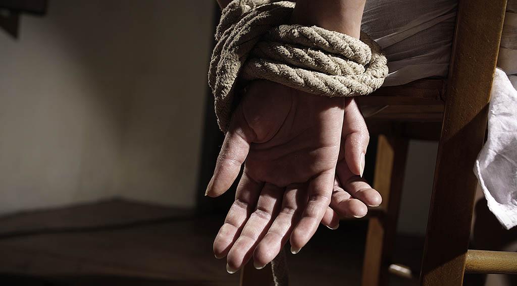 Gefesselte Hände, symbolisch für ein Freiheitsdelikt