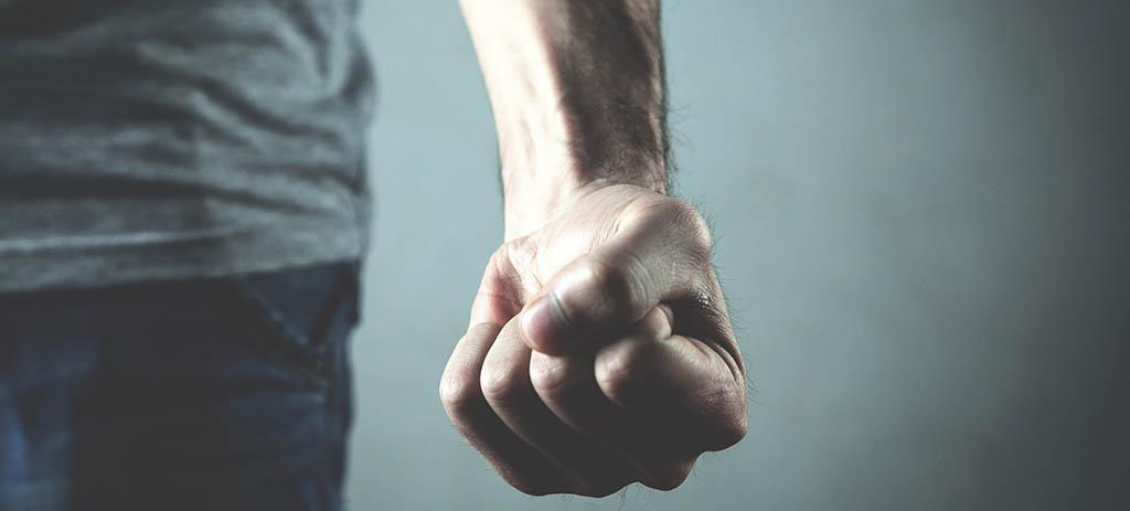 Mann ballt Faust, symbolisch für ein Gewaltdelikt