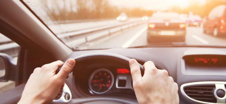 Langsamer Autofahrer auf Autobahn