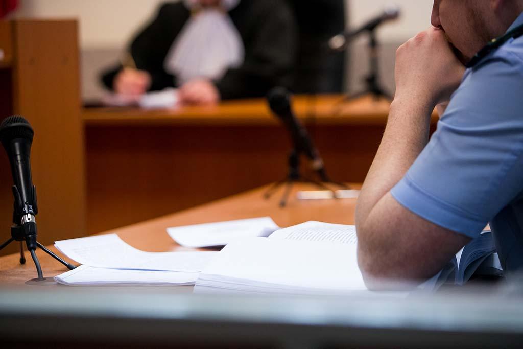 Opfer vor Gericht bei der Zeugenaussage