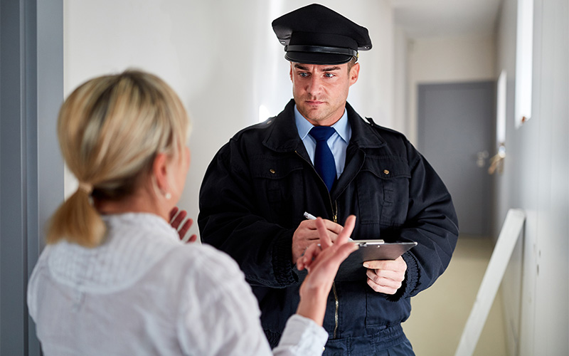 Polzei steht vor Haustüre von Frau