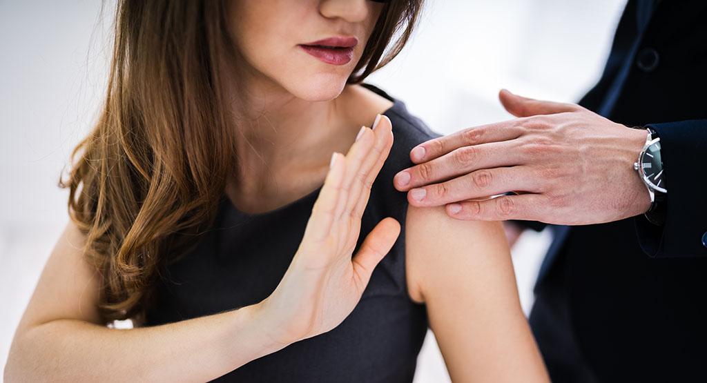 Frau weist Belästigung zurück