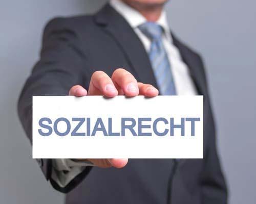 Stuttgarter Anwalt, der ein Schild hält, auf dem Sozialrecht steht