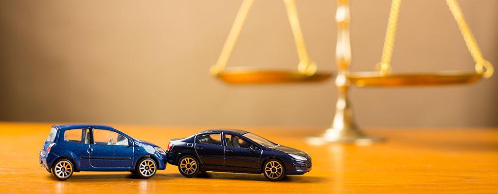 Autounfall mit Modellautos wo einer Waage