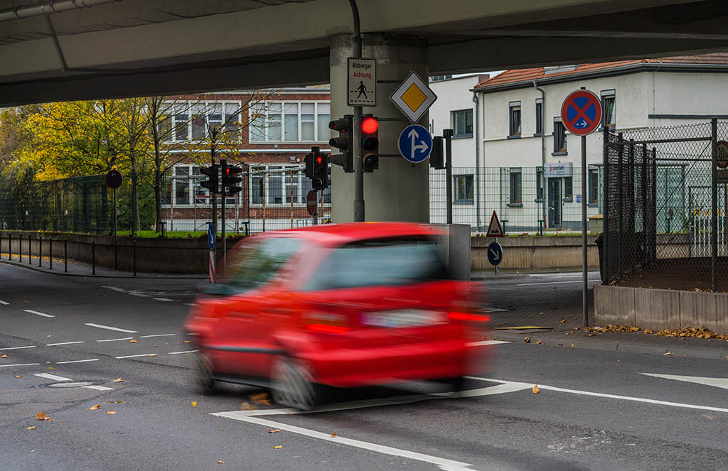 Auto fährt über rot