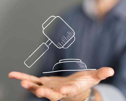Richterhammer in der Hand eines Stuttgarter Richters